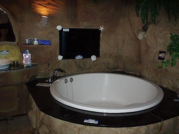 好大的按摩浴缸哦~