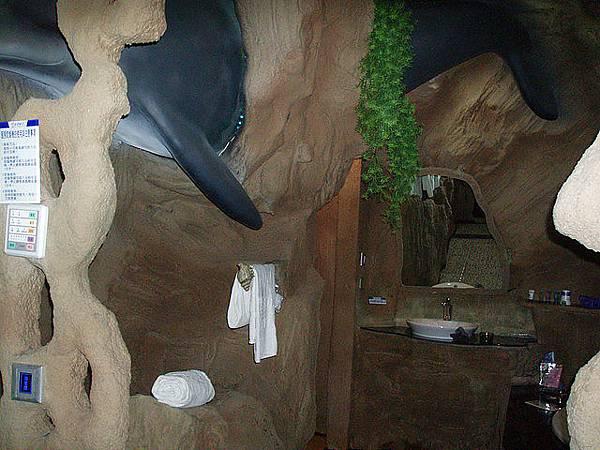 竟然還有大鯨魚在牆上也