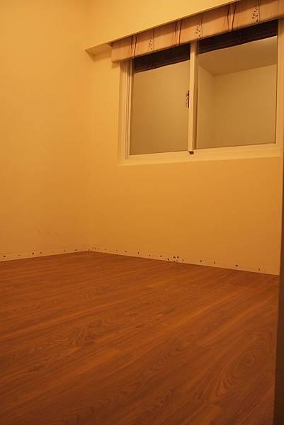 客房(木地板完成,須補漆)
