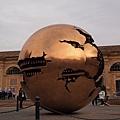 20121207-023. 直徑達4公尺會轉動的大金球