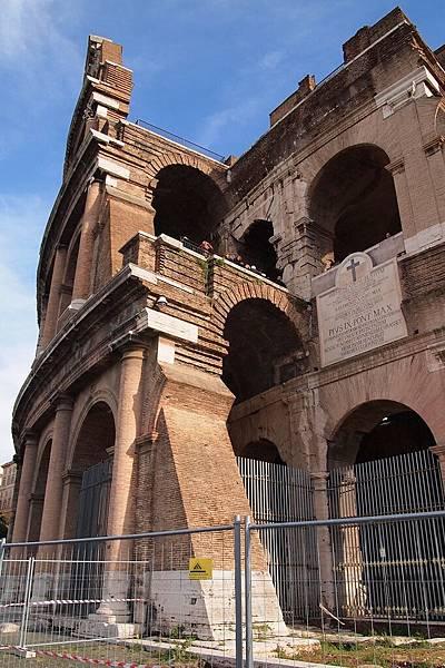 20121208-036. 外牆的三層拱門