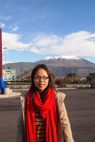 20121209-004. 遠方山頭下雪囉
