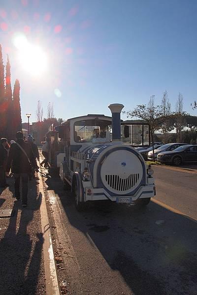 20121211-010. 搭乘小火車前往比薩斜塔
