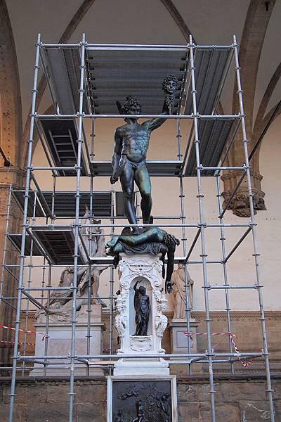 20121212-038. 青銅像-帕修斯,這位希臘神話英雄提著他砍下的蛇髮女妖梅杜沙的頭顱