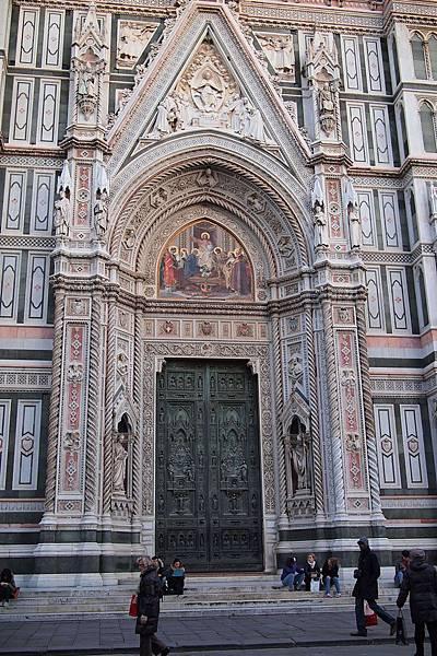 20121212-049. 雕著聖母事蹟的青銅大門