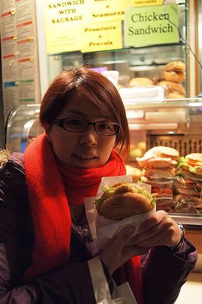 20121212-057. 晚餐又去牛肚麵包買吃的