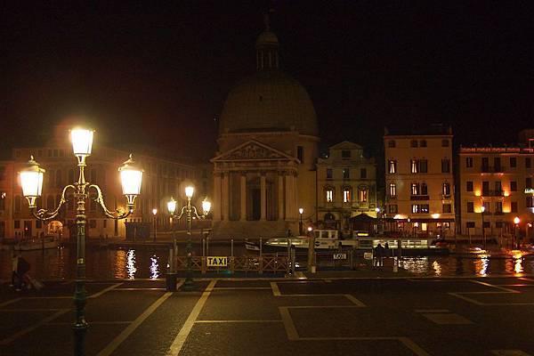 20121212-063. 威尼斯車站外就是河道