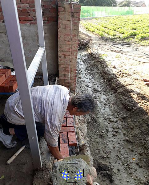 孵化BAR:戶外砌磚塊(施工)