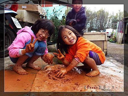 小朋友玩泥巴
