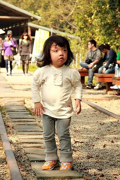 一路喊著「我長大了」的小卡,堅持自己走石板路