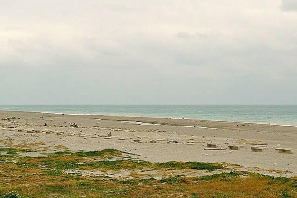 氣候不佳,感覺淒冷的海邊