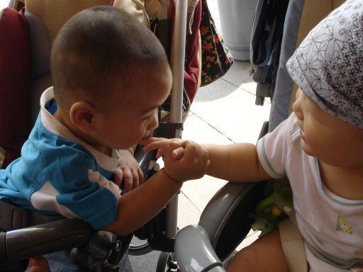 和哥哥握手