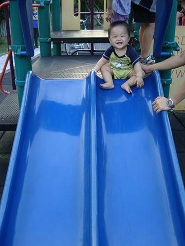 第一次去公園完溜滑梯