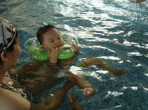 戴上泳圈還是很怕