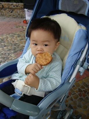 吃完飯到宜蘭酒廠,包子喜歡吃麥芽糖餅
