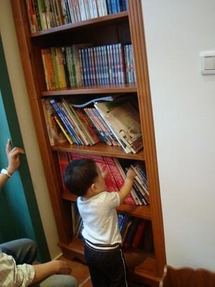 老闆有看神之雫喔,這邊的書和另一櫃的DVD都可以借去房間看