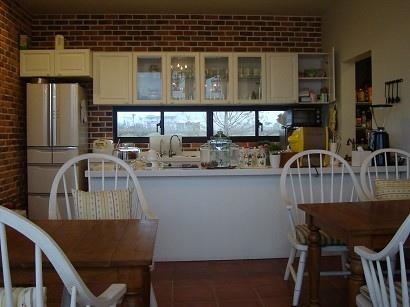 我最喜歡待在飯廳裡,好喜歡這種廚房