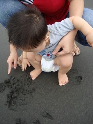這是包子的第一次玩沙