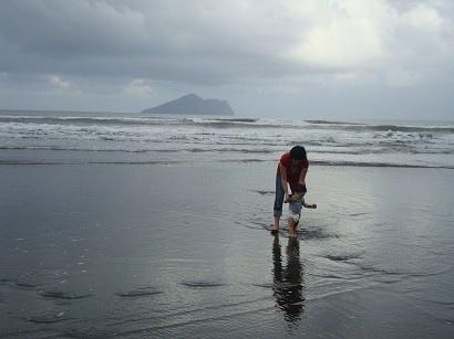 讓他去踩了一下海水