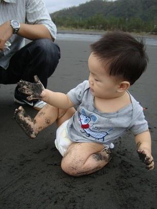 自己看到黑黑的雙腳雙手很開心