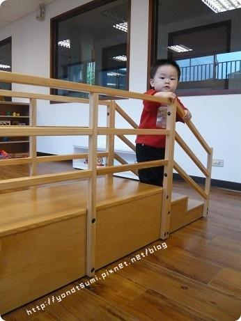 這看似復健的架子很適合小小孩練習上下樓