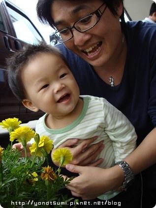 看到花就笑的開心
