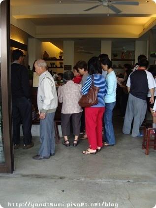 這是福樂麵店門口排隊之人潮