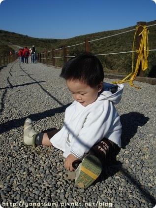 小孩為何喜歡碎石頭?簡直賴在地上不走