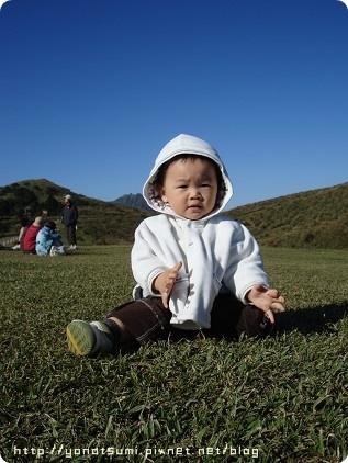 草地很軟,有正面臉摔倒也笑著爬起來