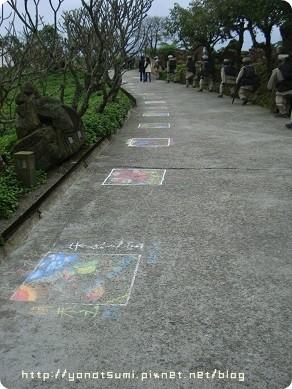 地上很多塗鴉