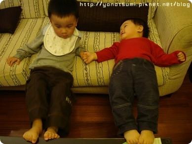 兩個小孩在玩很詭異的遊戲