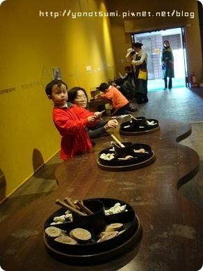 大小孩也在一旁自己動手玩