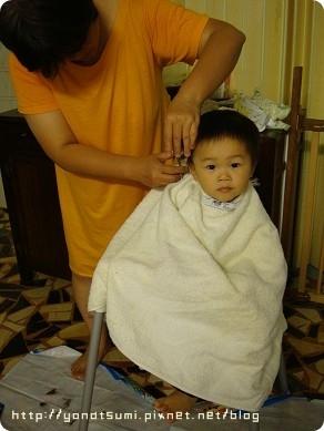 剪頭髮(請注意我媽跟花媽有一樣的睡衣)