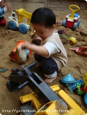 那邊玩沙的玩具也不少