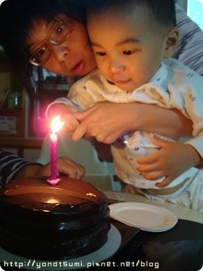 葉恩恩幫他爸吹蠟燭