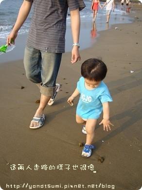 這兩父子步伐竟然一樣