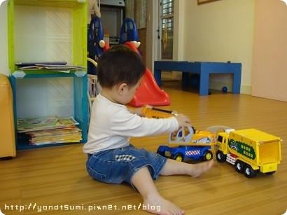 東一直玩車子,每次來這媽都很輕鬆