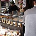出來的巷口有好吃的手燒仙貝,我買了一大包