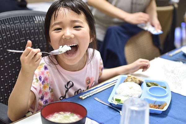 小孩吃飯卡哇伊.jpg