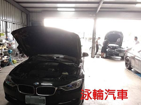 泳輪汽車幫W212賓士E200的車主換電瓶 (3).jpg