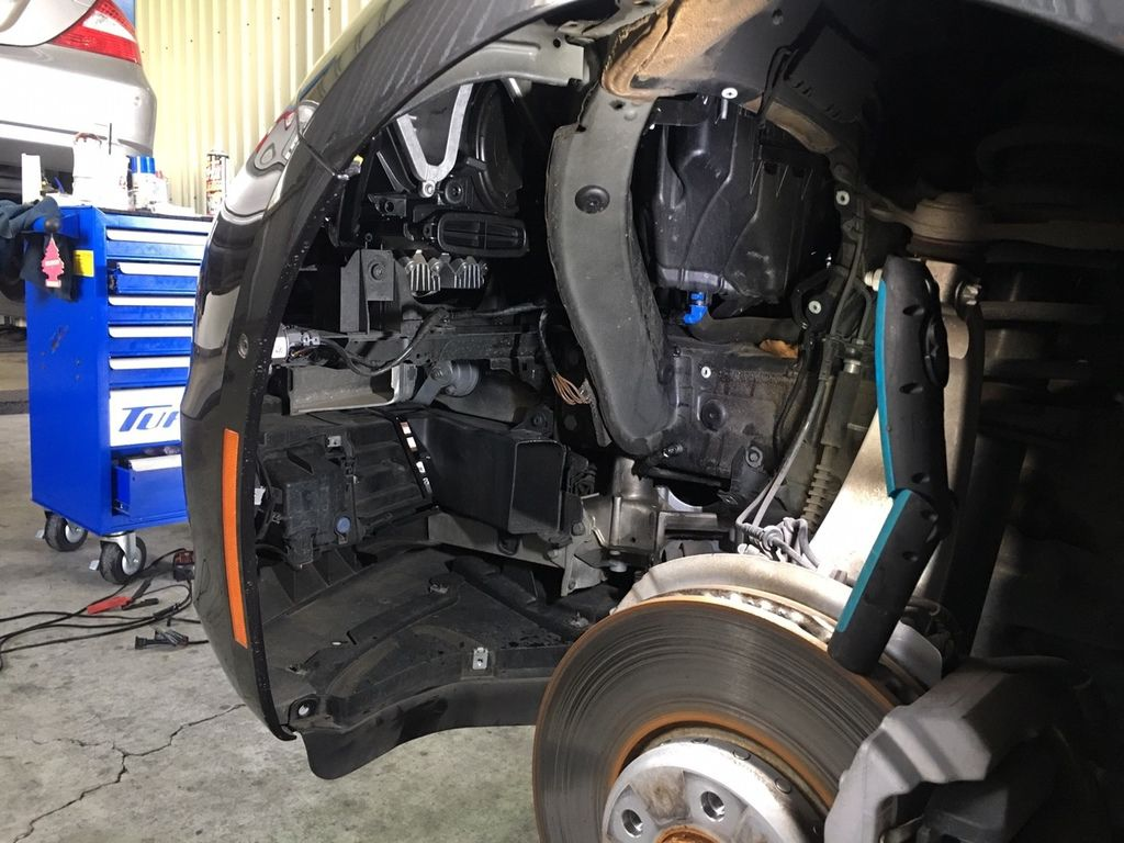 535i GT 左邊大燈異常_左前方的大燈燈光模組拆卸下來後BMW 535i GT