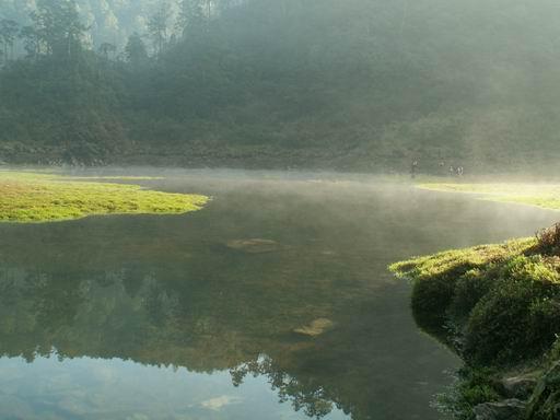 蒙上霧面紗的松蘿湖