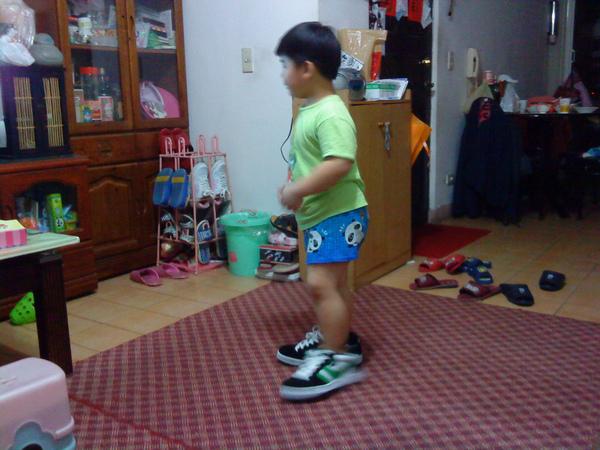 2009.06.16穿叔叔的鞋 (2).JPG