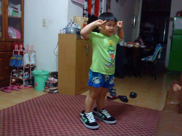 2009.06.16穿叔叔的鞋.JPG