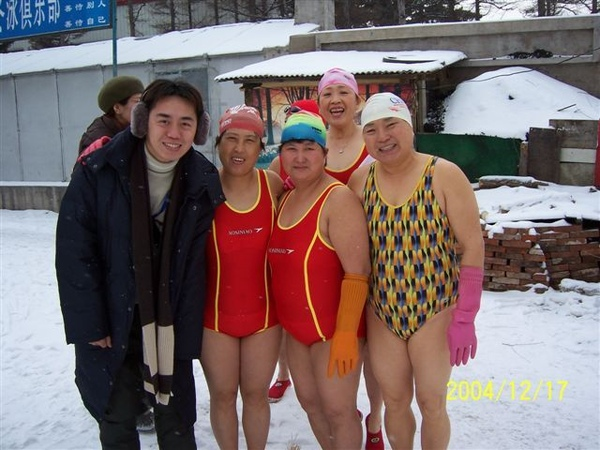 大雪中的游泳隊