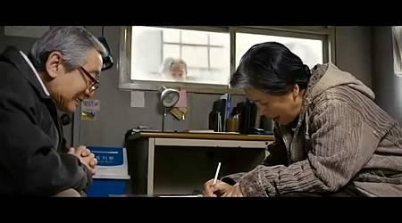 奶奶是在跟張軍峰爺爺學寫字啦!