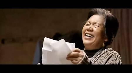 奶奶看到也忍不住笑了