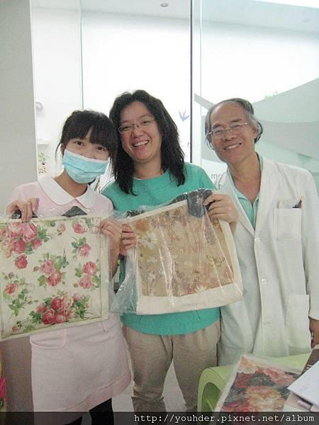 雁妮凌醫師和郭院長‧大家選到了自己喜歡的包包都笑的闔不攏嘴了.jpg