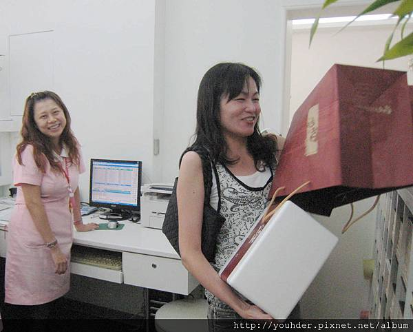 吳麗君醫師體貼的為助理們送來中秋禮物.jpg