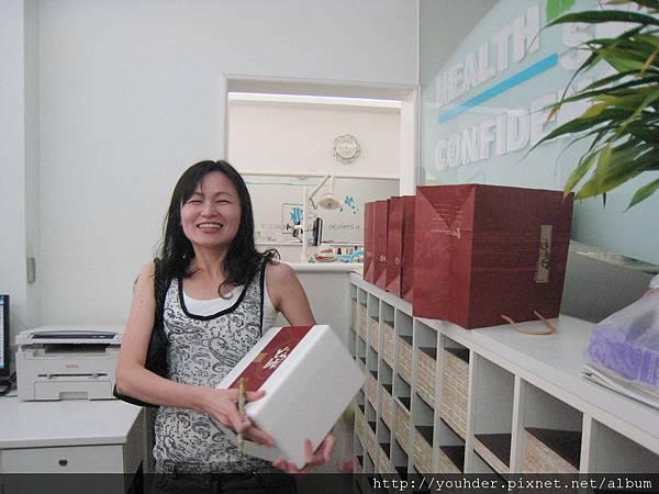 這是今年陳志鈴醫師和吳麗君醫師送給助理們的中秋禮物.jpg